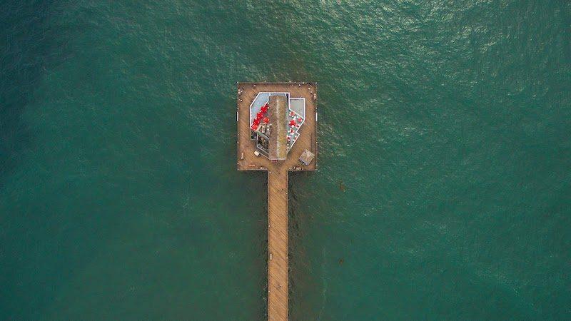Vogelperspektive auf Plattform im Ozean