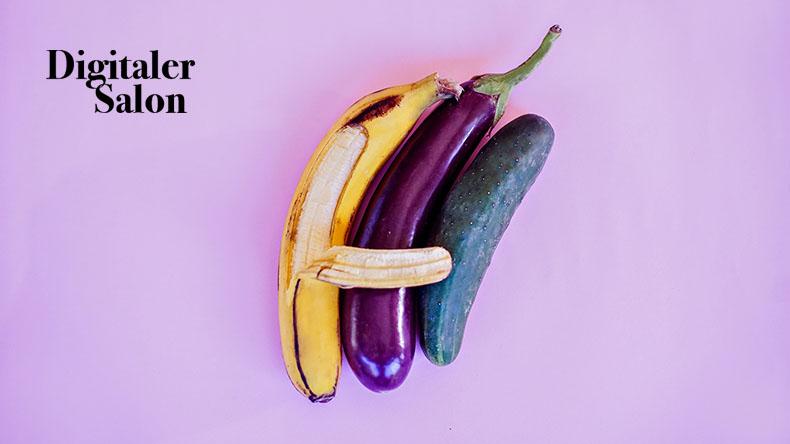 Eine Banane umarmt eine Aubergine und Gurke.