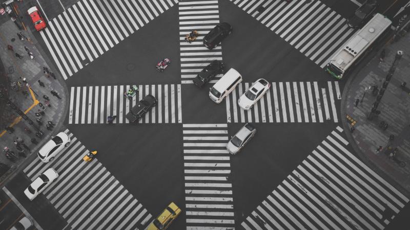 Eine große Kreuzung mit viel Verkehr.