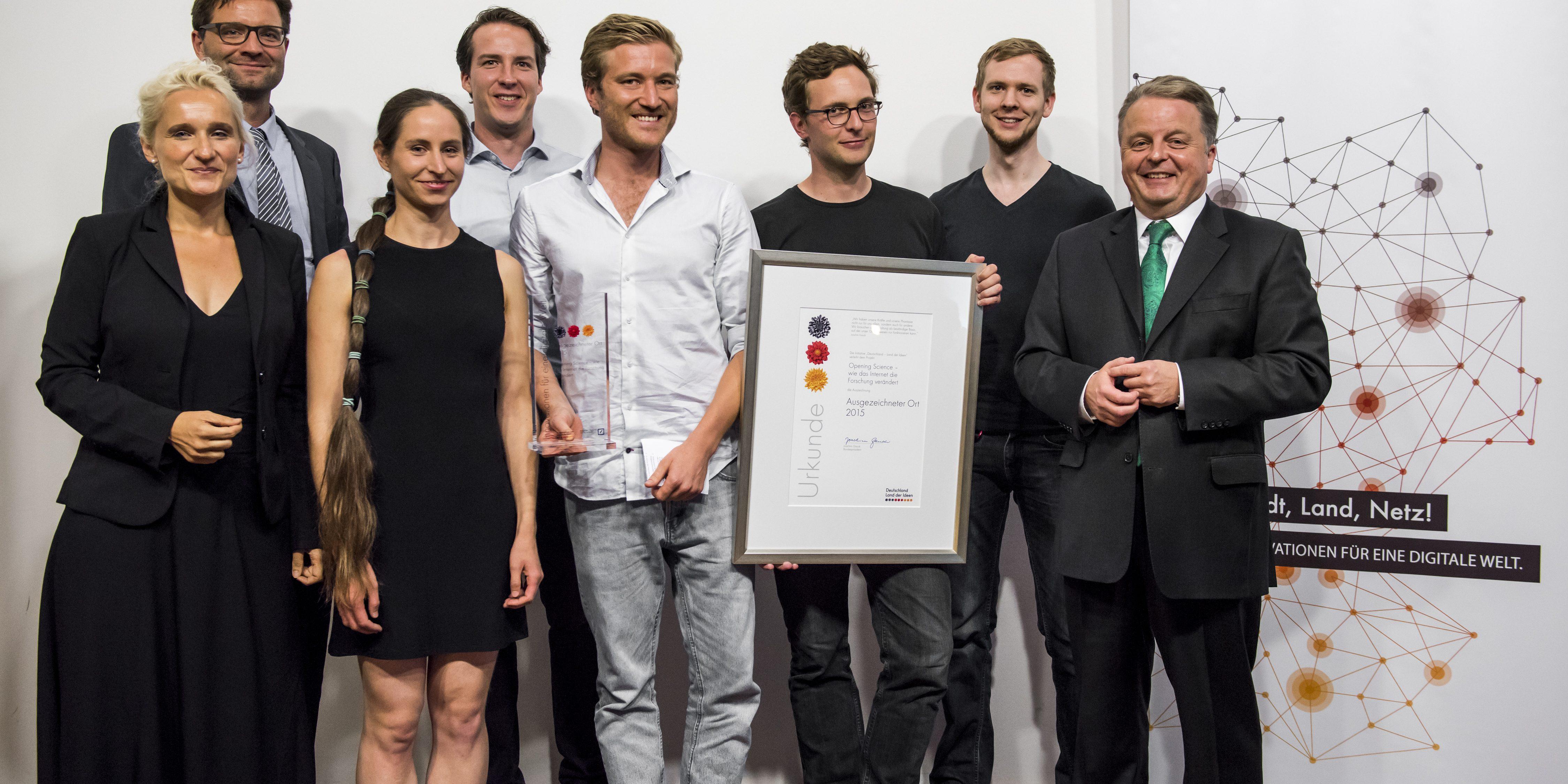 """Am 26. August 2015 erhielt das Projekt """"Opening Science - wie das Internet die Forschung verändert"""" die Auszeichnung als """"Ausgezeichneter Ort 2015"""""""